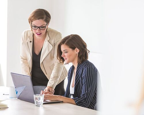 women-business-laptop-office